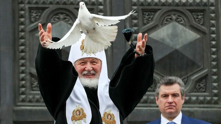 На Благовещение Патриарх Кирилл выпустил в небо голубей