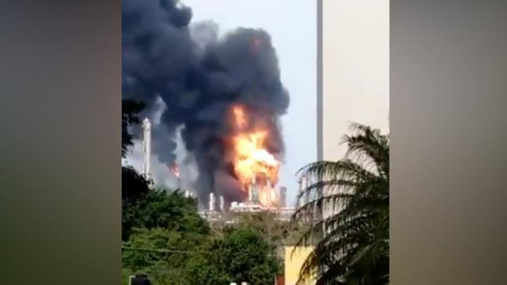 В Мексике произошел крупный пожар на нефтяном заводе