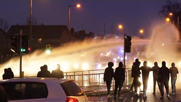 В Северной Ирландии в ходе беспорядков пострадали полицейские