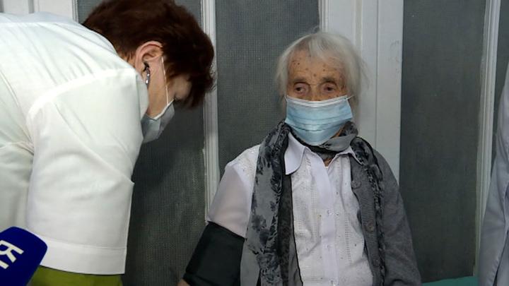 Вакцинация в России: столетняя орловчанка подает пример молодежи