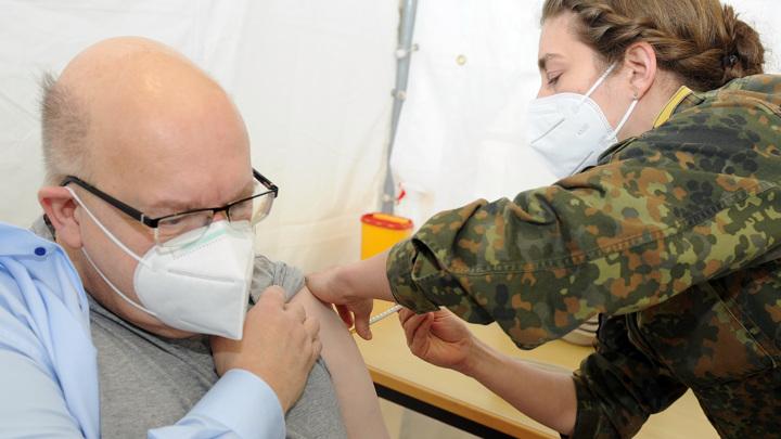 Первый немецкий министр привился от коронавируса