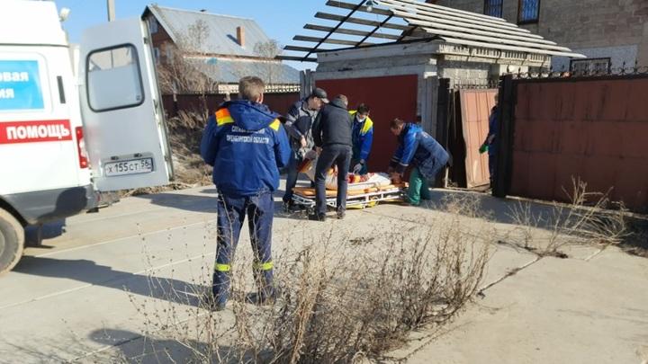 В Оренбуржье спасатели помогли медикам добраться до пациента с инсультом
