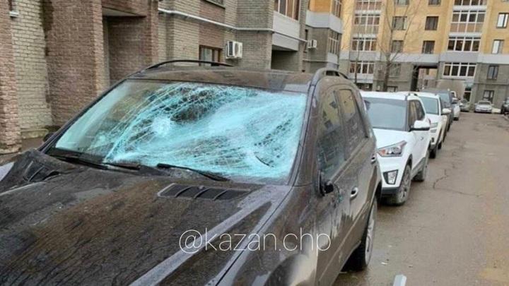 Оконная рама рухнула на автомобиль в Казани