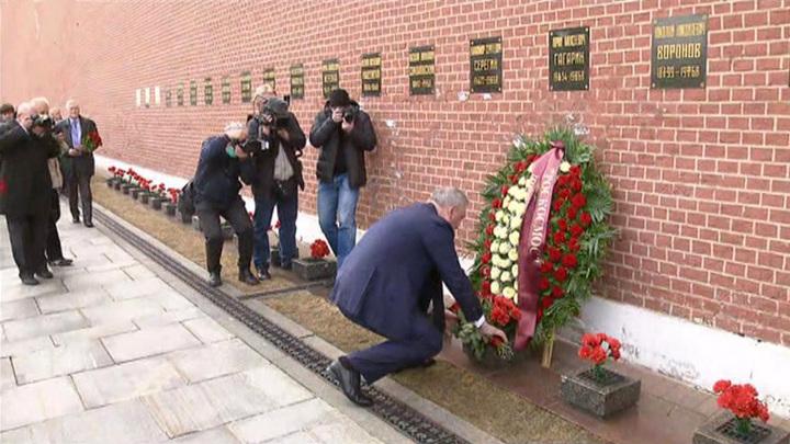 Рогозин возложил цветы к могиле Гагарина