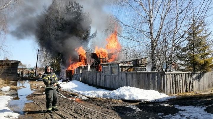 Разбитая дорога помешала пожарным подъехать к горящей даче на окраине Вологды