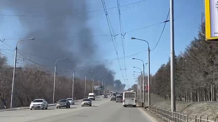 Черный дым: в Омске загорелись цистерны с топливом