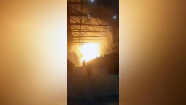 Появились кадры пожара на алюминиевом заводе в Новокузнецке
