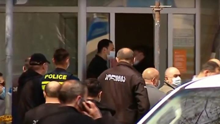 Взявший заложников в Тбилиси налетчик сложил оружие