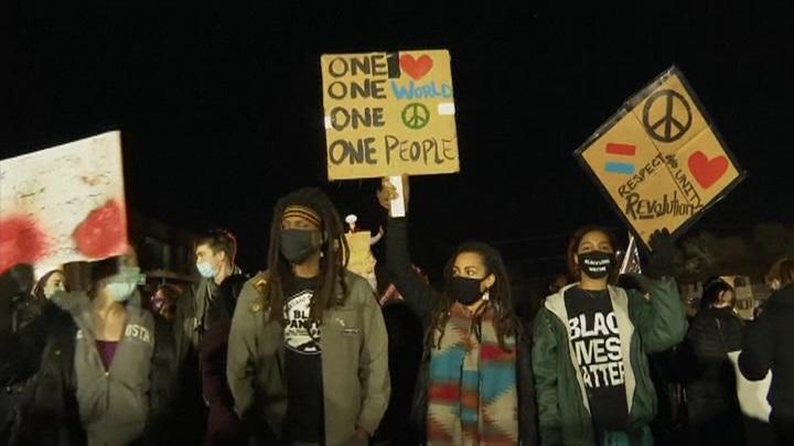 Американцы выходят на протесты, требуя остановить полицейский террор