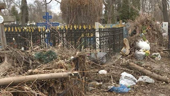 Орловские кладбища превращаются в мусорные полигоны