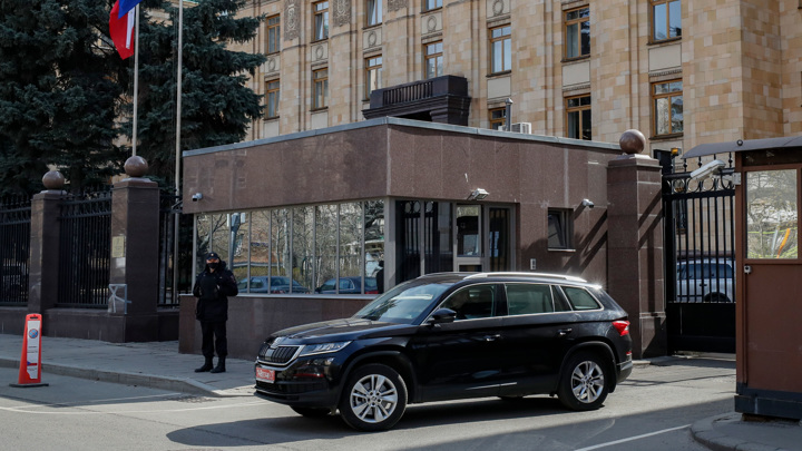 Колонна машин выехала из посольства Чехии в Москве