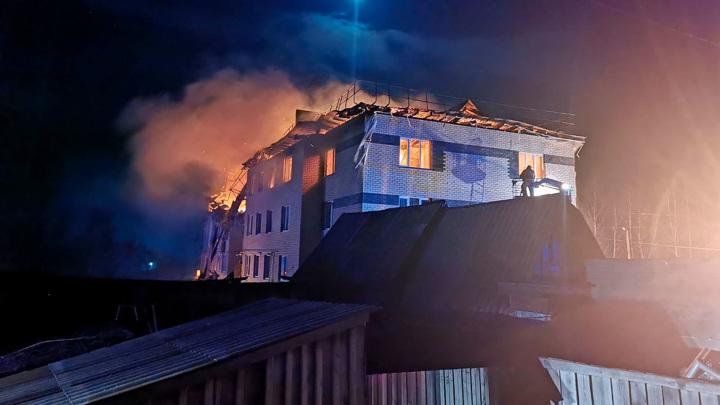 Последствия пожара в доме в Нижегородской области ликвидируют более 250человек