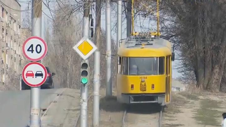 Мужчину, выбросившего безбилетника из трамвая, обвинили в его смерти
