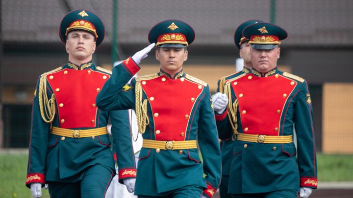 Действующие военные и пенсионеры получили по 15 и 10 тысяч