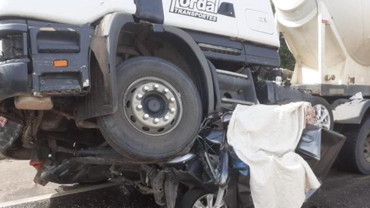 Семья погибла в машине, раздавленной грузовиками. Видео