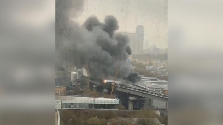 На западе Москвы полыхает здание автосервиса, слышны взрывы