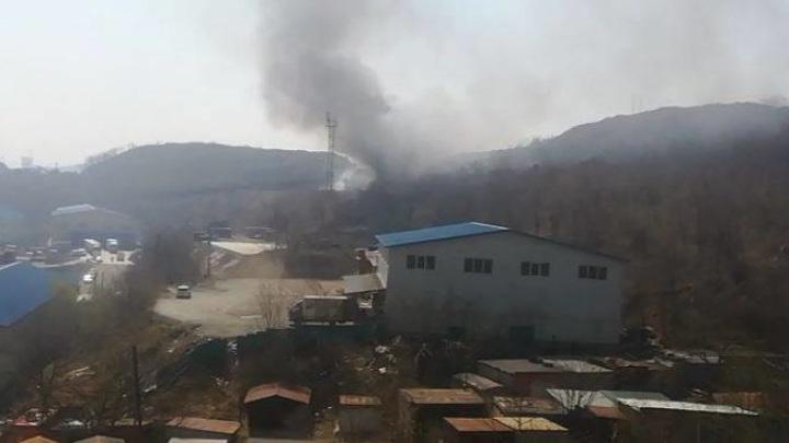 В районе бывшей школы авиационных специалистов во Владивостоке полыхает пожар