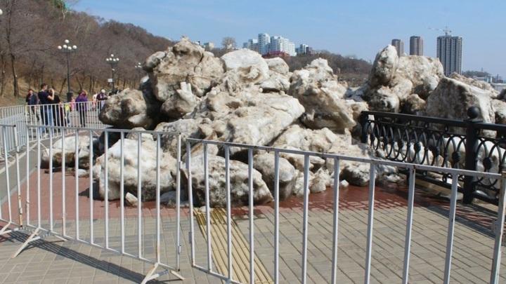 Глыбы льда снесли ограждение на набережной Амура в Хабаровске