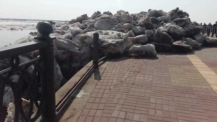 Глыбы льда на Амуре вышли на городскую набережную в Хабаровске