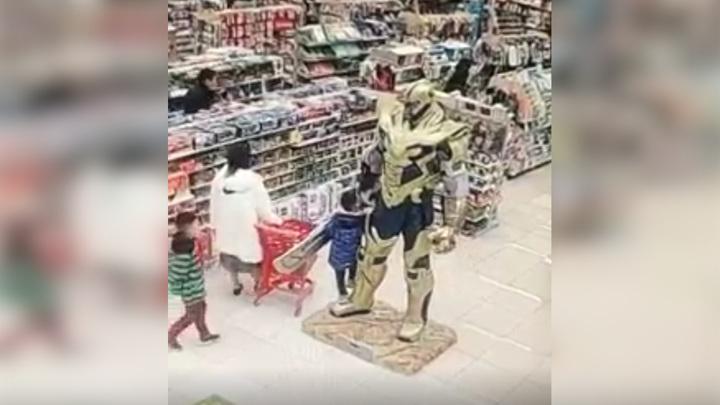 Танос задавил ребенка в торговом центре. Видео