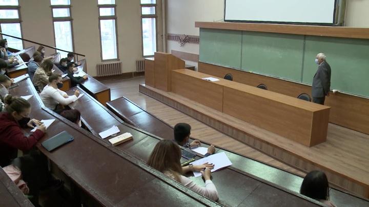 В Минобрнауки обсудят допуск на очные занятия только привитых студентов