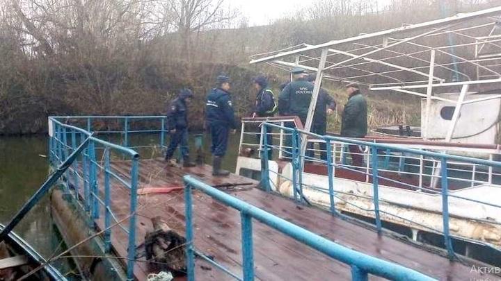 Орловские спасатели ликвидируют радужную пленке на Оке