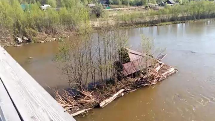 Разрушенный паводком мост в амурском селе восстановят после спада воды