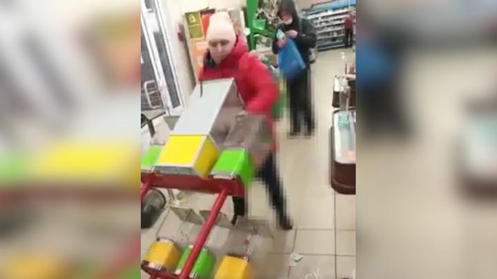 Женщина проучила автомат по продаже жвачки на глазах сына