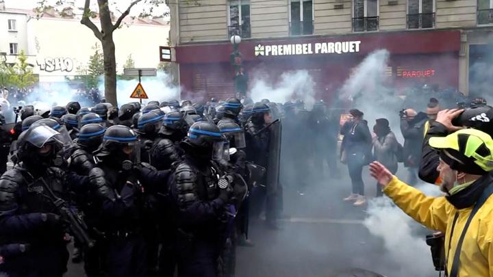Демонстранты в Париже снесли остановки и разгромили булочную