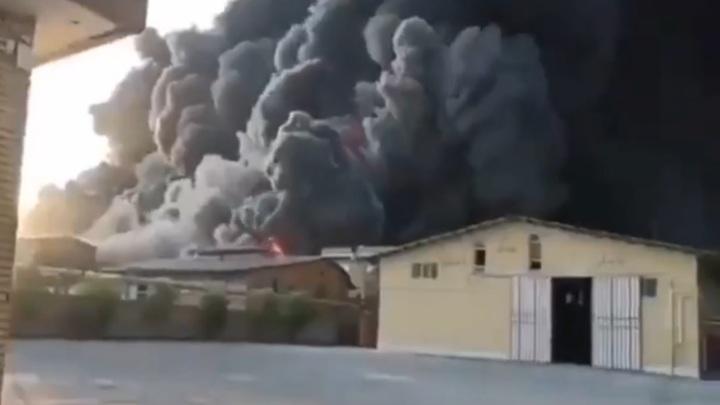Очевидец запечатлел на видео мощный пожар на иранском химзаводе