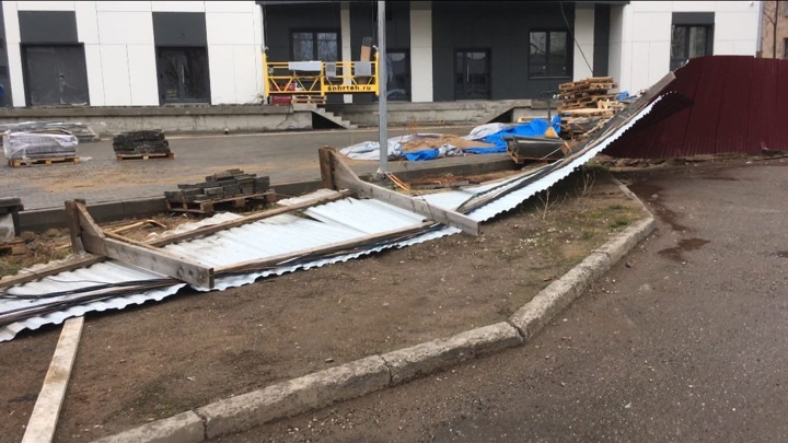 Поваленный ветром забор убил пенсионерку в Кирове
