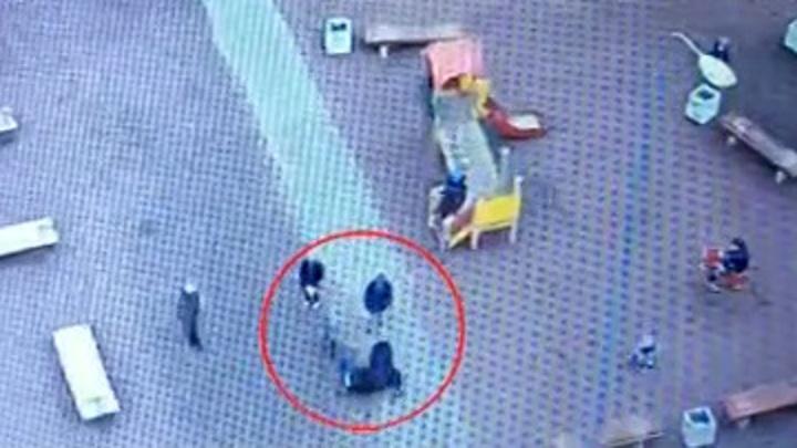 За внука и двор: петербургская бабушка избила мальчика на детской площадке