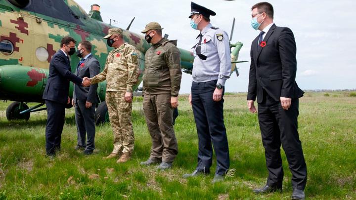 Президент Украины и иностранные послы посетили мемориал в Донбассе