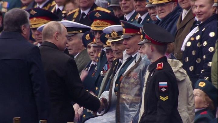 Президент пожал руки ветеранам и поздравил всех с Днем Победы
