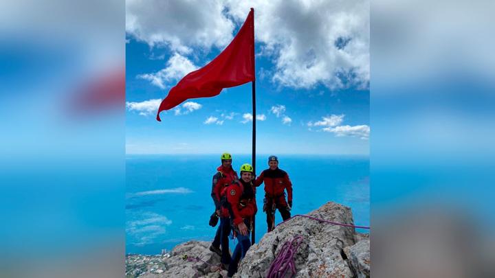 Копию Знамени Победы водрузили на вершину Ай-Петри