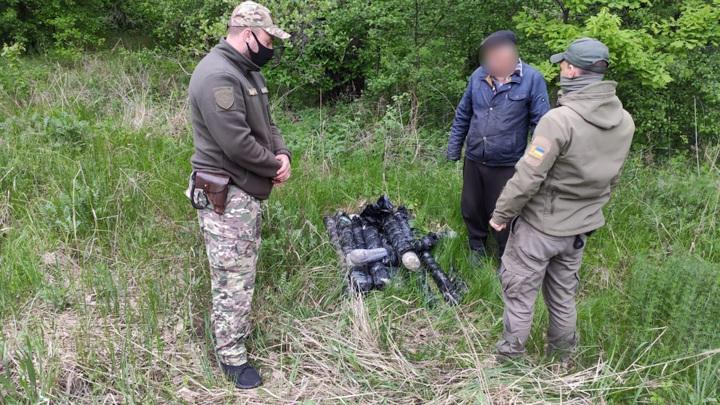 Украинские пограничники пресекли контрабанду 2200 рапир из Луганска