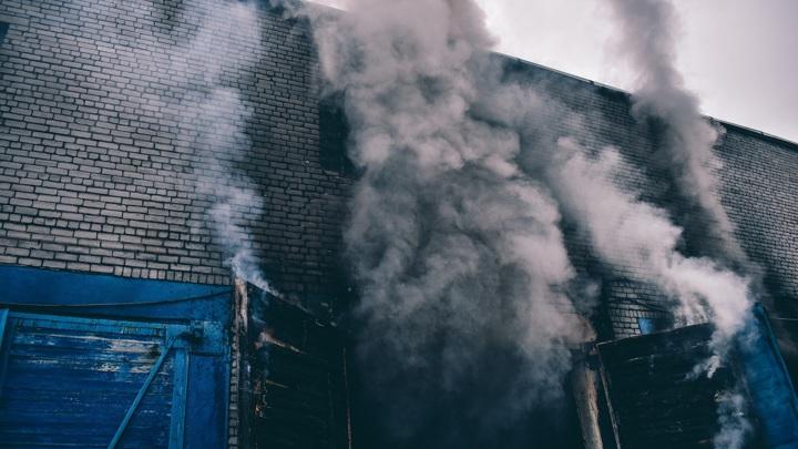 23 автокузова сгорели на стоянке в Коле