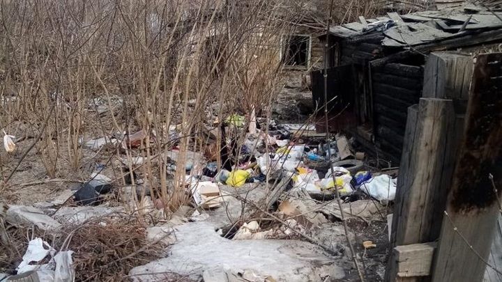 Мусорный оазис: бездомные устроили поселение в центре Новосибирска