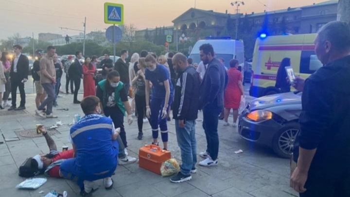 Автомобиль сбил людей на остановке в Екатеринбурге