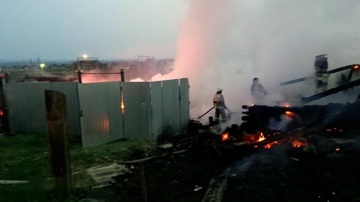 Сгорели дотла: в Башкирии пожар уничтожил частный дом и надворные постройки
