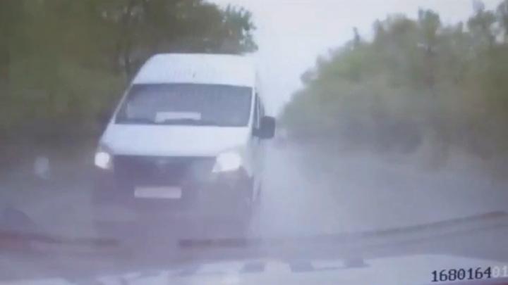 Патрульная машина и маршрутка столкнулись под Саратовом. Видео