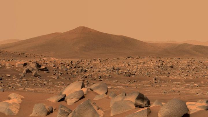Изображение марсианского холма Санта-Крус, сделанное с помощью двойной камеры Mastcam-Z на борту Perseverance.
