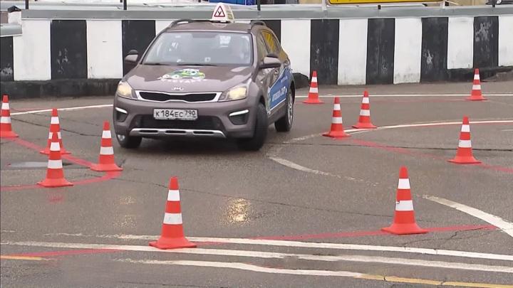 Завалили обгон и парковку: новые экзамены на права сдал лишь каждый десятый