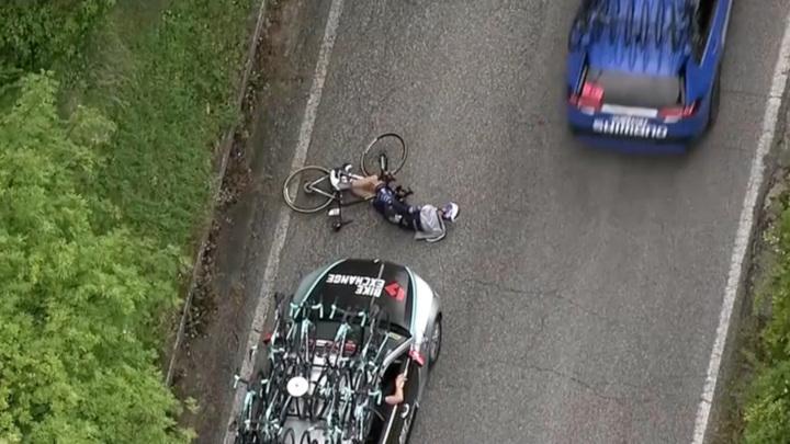 На велогонке в Италии спортсмена сбил автомобиль