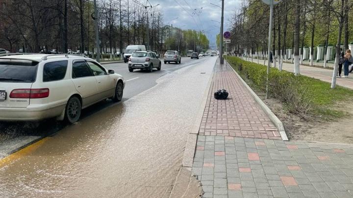 Повреждение трубопровода в центре Томска привело к утечке горячей воды