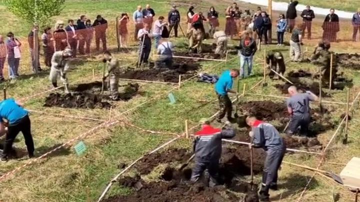 Съезд могильщиков: в Новосибирске прошел турнир по скоростной копке могил