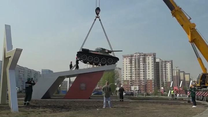Легендарный танк Т-34 вернулся с Парада Победы на постамент в Кемерове