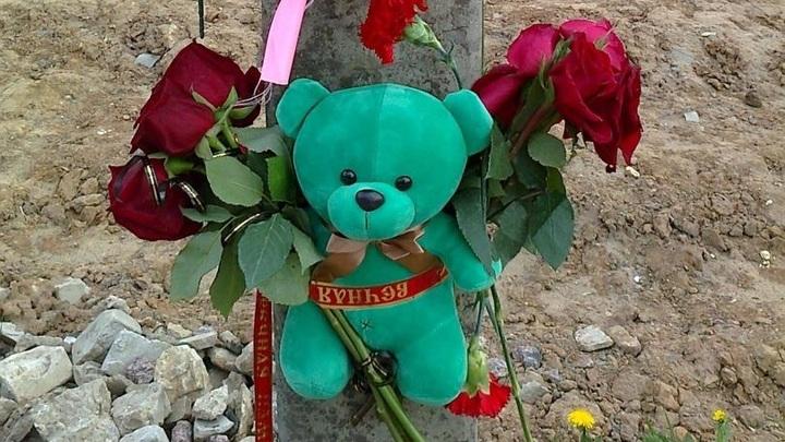 В Торжке организовали народный мемориал на месте гибели 4-летней девочки