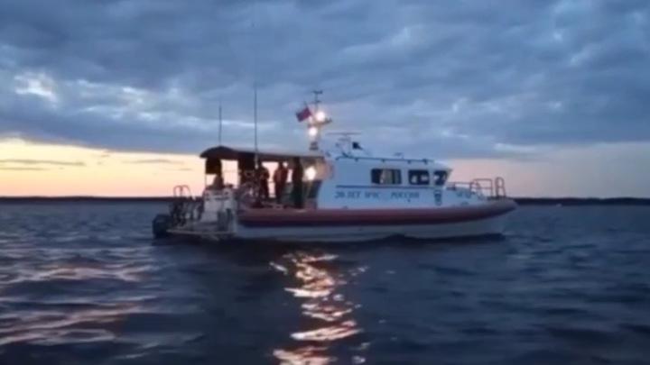 Под Архангельском продолжаются поиски пассажира упавшего вертолета