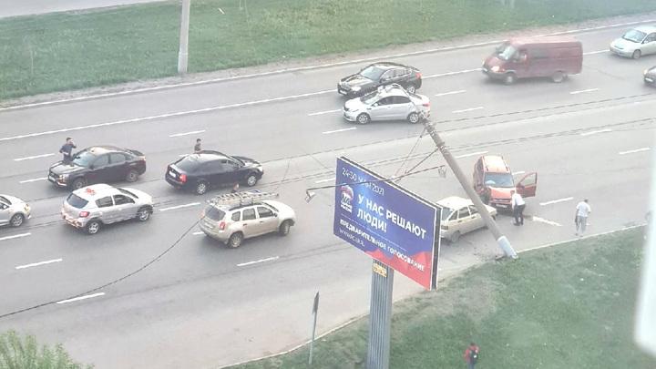 Водитель легковушки свалил в Ижевске бетонный столб. Видео